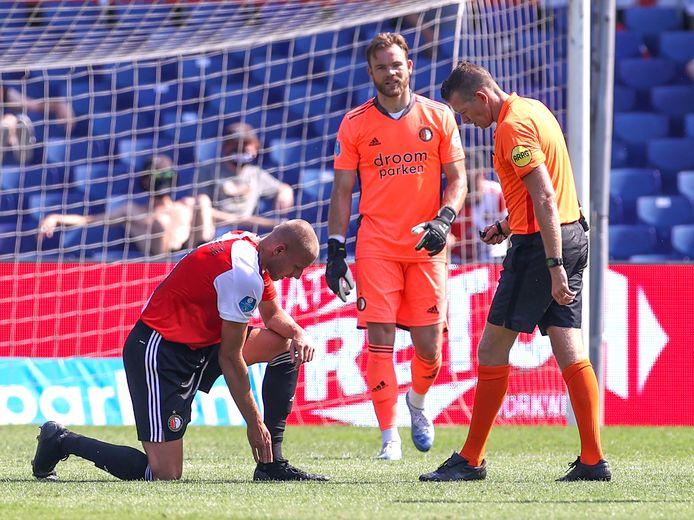 Opnieuw een voetblessure voor Sven van Beek, zo zien ook Nick Marsman en scheidsrechter Allard Lindhout.