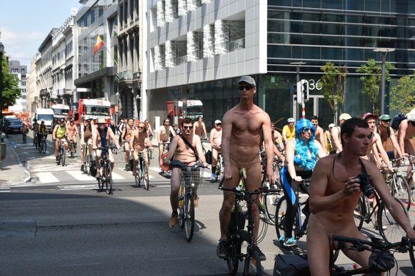 De naaktfietsers reden zaterdag door de Europese wijk in Brussel.