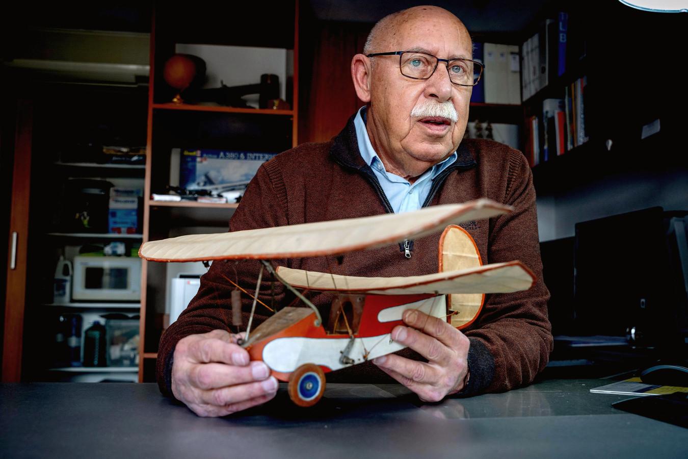 Jan van Zanten met het modelvliegtuig van zijn vader.