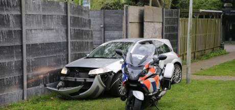 Automobilist crasht tegen muurtje tijdens achtervolging, bestuurder aangehouden