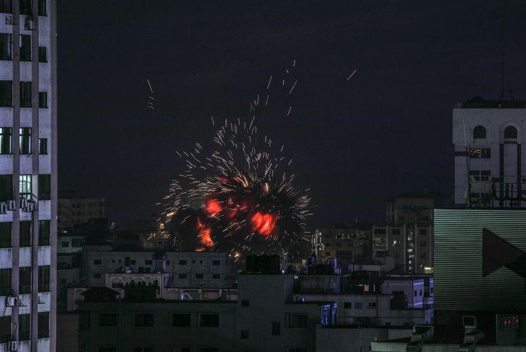 Israëlische luchtaanvallen in Gaza-stad, als reactie op de raketten die vanaf de Gazastrook waren afgevuurd. Beeld EPA