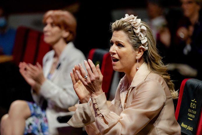 Koningin Maxima zingt mee met OG3NE tijdens een bezoek aan de ECI Cultuurfabriek waar het MuziekAkkoord Goirle werd ondertekend.