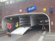 Vrachtwagen klem onder viaduct in Maarn