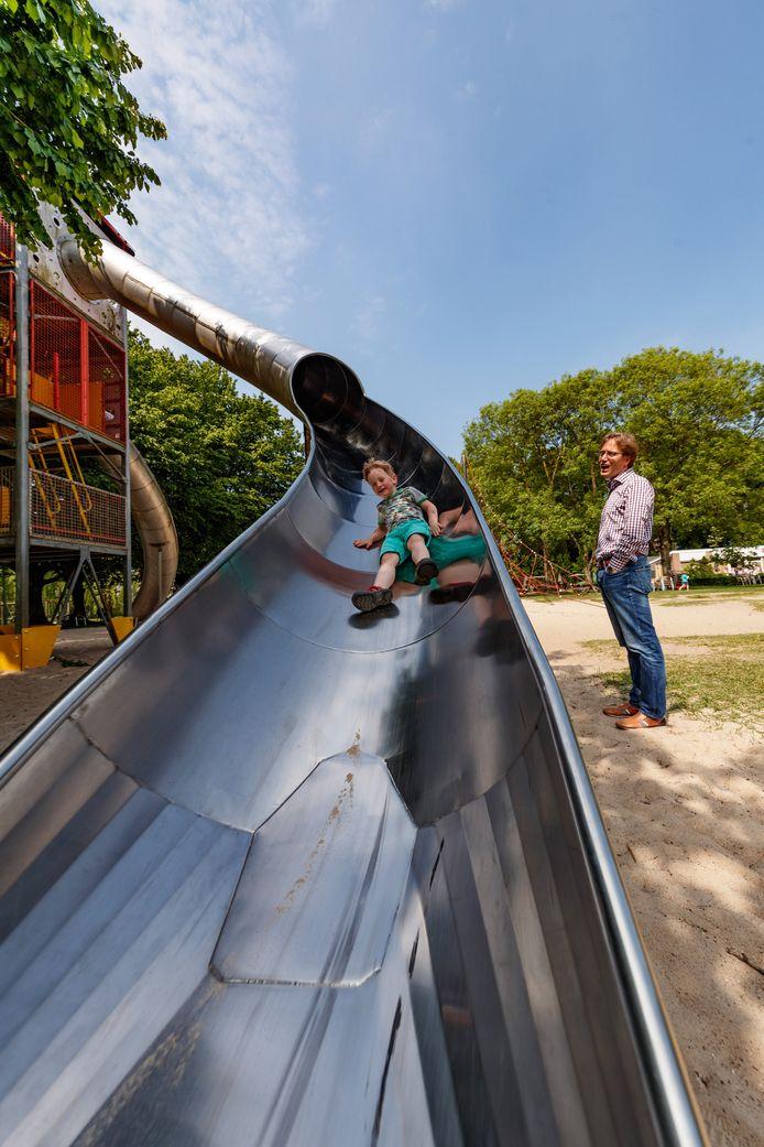 De torenhoge glijbaan is de eyecatcher van speeltuin Vrouwenhof.