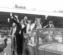 PSV maakt een ereronde met de gewonnen UEFA Cup in het Philips Stadion; onder meer René van de Kerkhof, Huub Stevens en Jan van Beveren vierden het feestje met Van der Kuijlen mee.
