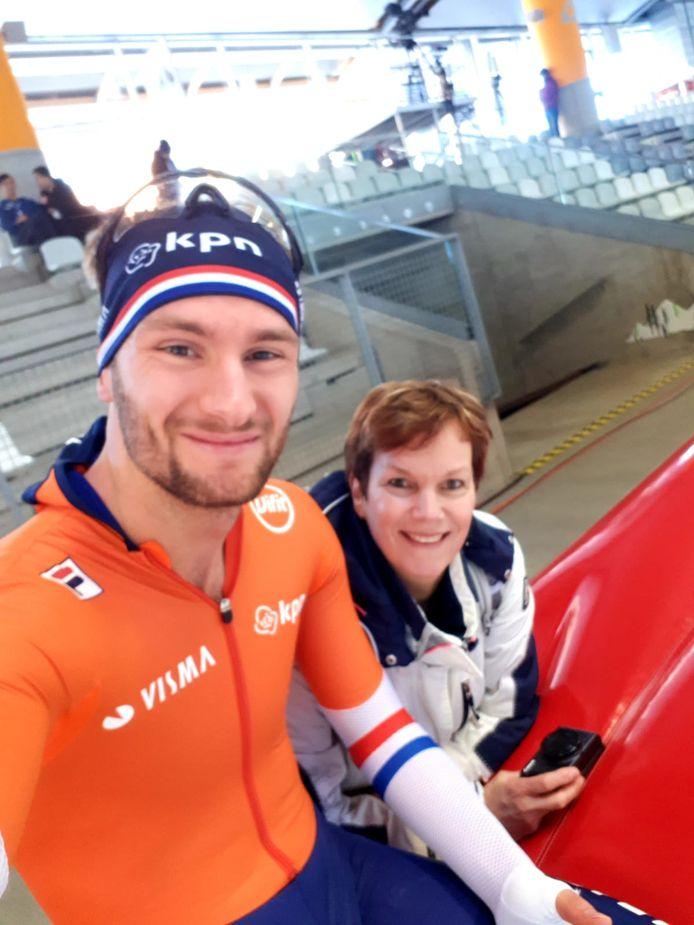 Moeder Monique bezoekt zoon Thomas Krol stiekem tijdens de training voor het WK afstanden in 2019 in Inzell.