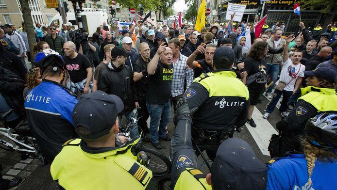 Demonstranten worden geblokkeerd door de politie tijdens de 'Mars van de vrijheid' op 10 augustus tegen moslimradicalen en anti-semitisme in de Haagse wijken Schilderswijk en Transvaal.