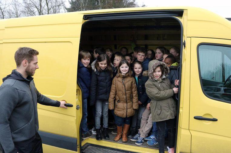 Op de Grote Rekendag testen deze leerlingen met hoeveel ze in een Volkswagen Crafter kunnen. 81 dus, zo blijkt.
