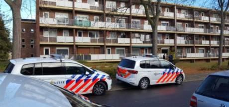 Vrouw valt van balkon, politie houdt man aan