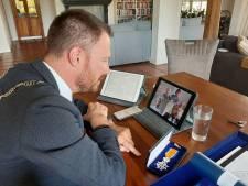 Na koninklijke eer nu ook lintje erbij: gedecoreerden krijgen burgemeester op bezoek