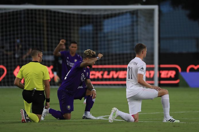 Arbiter Rubiel Vazquez, Dom Dwyer (Orlando City) en Matias Pellegrini Inter Miami knielen voor het duel in Reunion, Florida.
