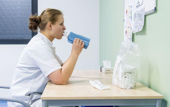Lianne Tolboom van MST test met behulp van de eNose van coronaverdachte medewerkers van het ziekenhuis.