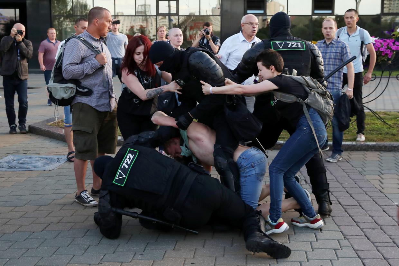 Demonstranten in gevecht met de oproerpolitie in Minsk.