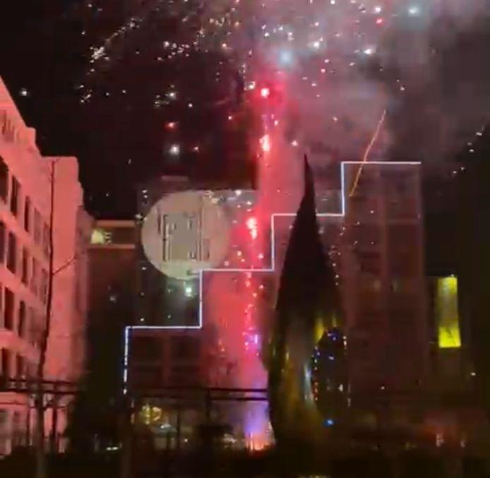 Vuurwerk in Eindhoven vannacht, bij het hotel waar de spelers van Olympiakos slapen.