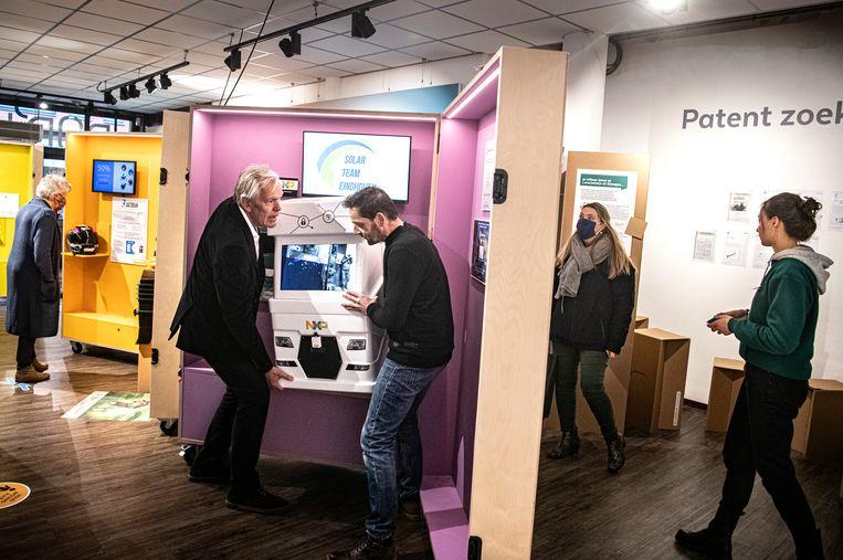 De Pop'Hub-store in Nijmegen is een nieuwe winkel waar innovaties uit de regio worden getoond aan publiek. Op de foto zijn initiatiefnemer Dick Bos en projectmanager Patrick Messmer druk in gesprek. Beeld Koen Verheijden