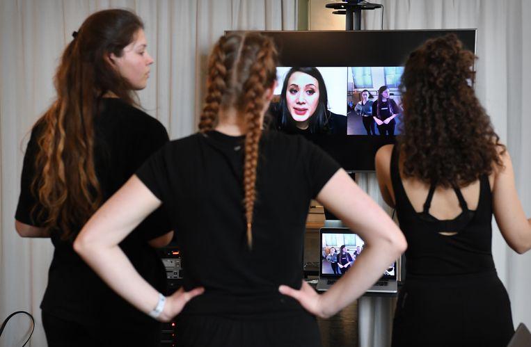 In de danszaal van het ROC kijken de studenten op een videoscherm naar lerares Lauren van Kempen. Beeld Marcel van den Bergh / de Volkskrant