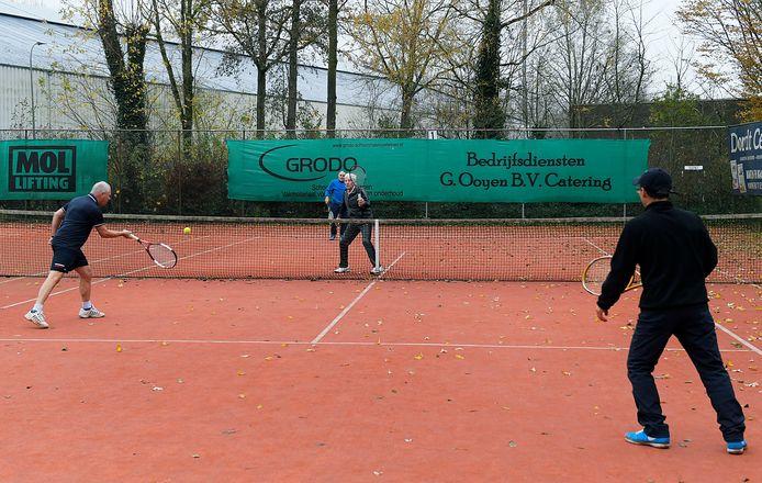 Op een frisse vrijdagochtend wordt er bij CCfanatiek getennist. Ook de Dordtse tennisvereniging heeft - in tegenstelling tot de trend van de laatste jaren - het ledental zien toenemen.
