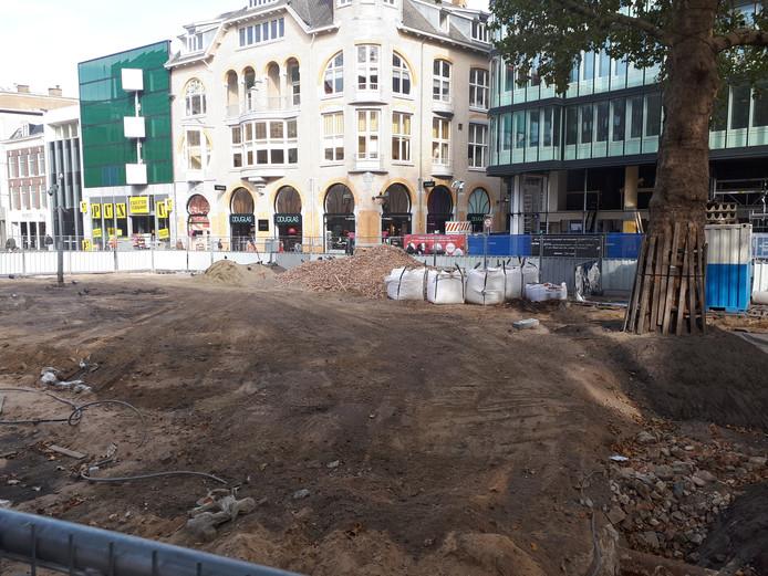 De met hekken afgezette zandvlakte op het Vredenburgplein.