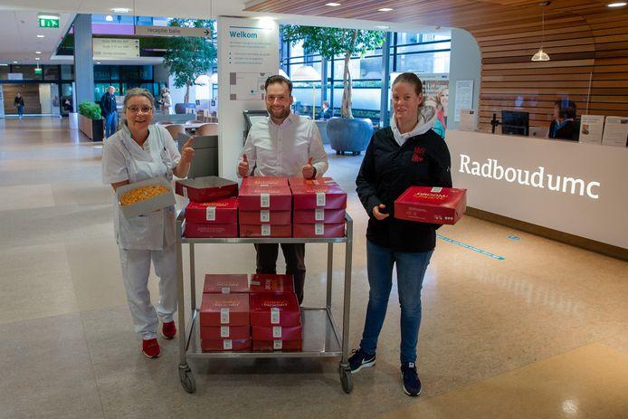 Ontvangst van Droom!-appeltaarten voor de zorgmedewerkers in het Radboud UMC.