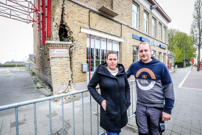 Tina Slabbinck en Nicky Blontrock van La Gare meten de schade op na het ongeval met de Lijnbus.