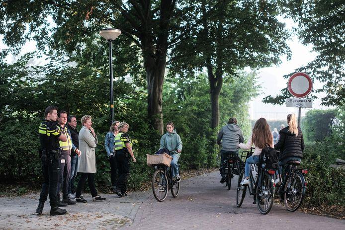 Bij het Almende College in Silvolde moeten veel fietsers in korte tijd over een smal fietspad. Politie, boa's, gemeente en school hielden een actie om alles in goede banen te leiden.
