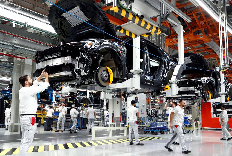 Werknemers aan de assemblagelijn van de Audi e-tron in Brussel. Audi Brussels moest de productie vorige week vertragen omdat er te veel werknemers in quarantaine zitten.