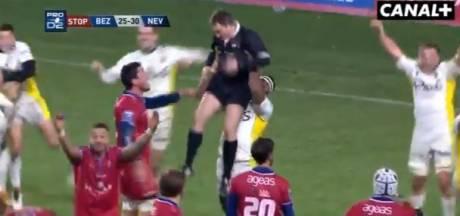 Un rugbyman soulève l'arbitre pour fêter la victoire... et se fait expulser