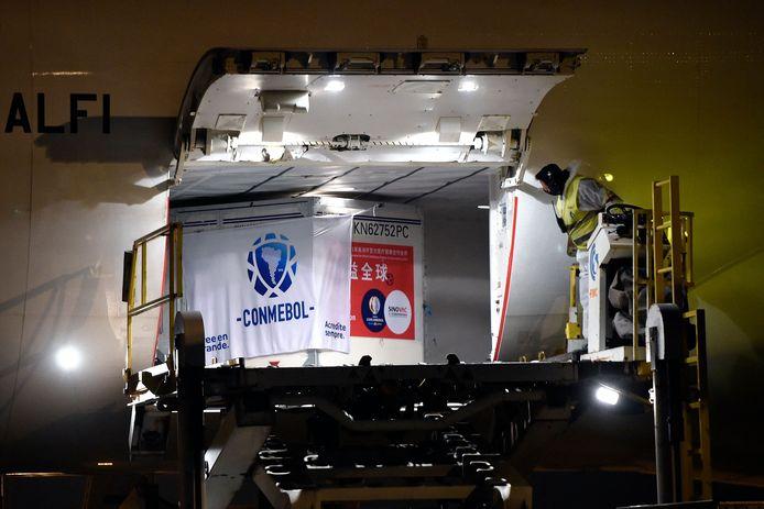 De speciale zending van 50.000 doses coronavaccins kwam 28 april aan op de luchthaven van Montevideo in Uruguay.