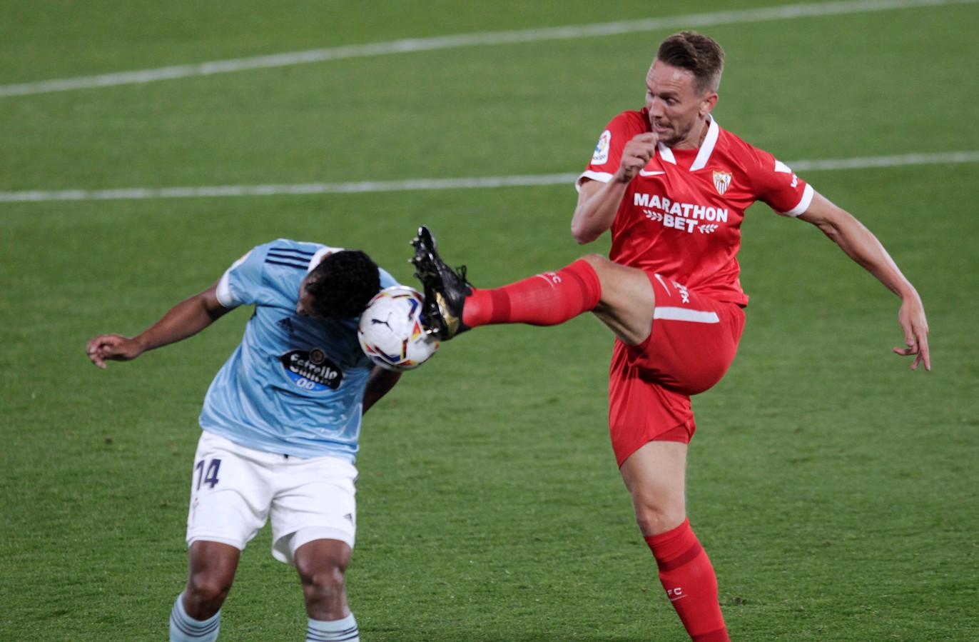 Luuk de Jong in een stevig duel met oud-Feyenoorder Renato Tapia tijdens de wedstrijd tegen Celta de Vigo.