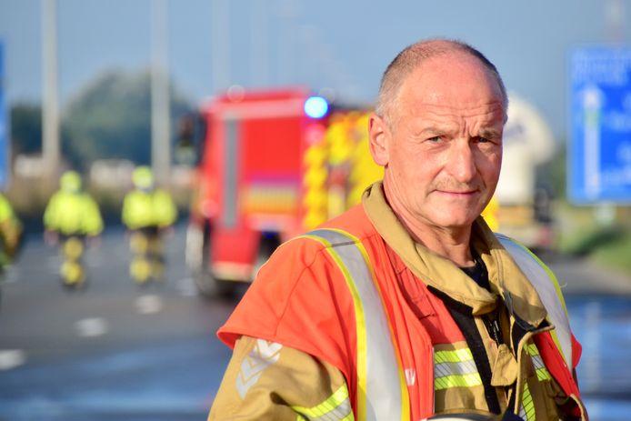 Freddy Devos uit Beveren-Leie, voor de gelegenheid zonder helm en mondmasker, neemt afscheid van de brandweer, na 39 jaar actieve dienst.