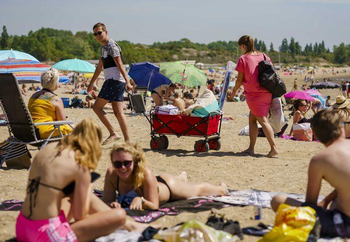 Drukte op het Quackstrand bij Hellevoetsluis op Hemelvaartsdag. Vanwege het mooie weer trekken mensen op hun vrije dag richting de Nederlandse stranden.