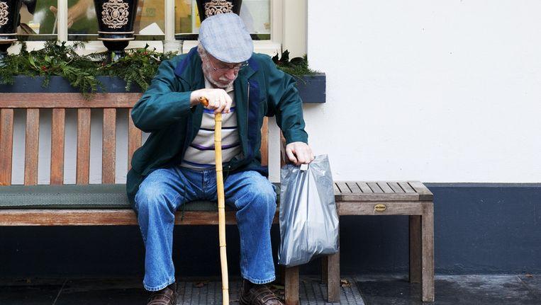 Een gast wacht buiten bij zorghotel De Valkenberg. Beeld anp