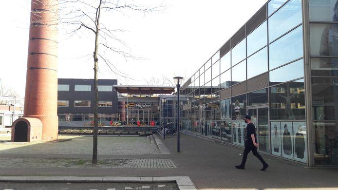 Centrum Hofdael met rechts achter de glazen pui het Weverijmuseum en creatief centrum De Wiele