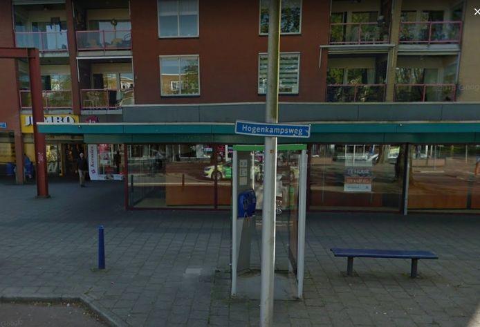 De telefooncel aan de Hogenkampsweg in Zwolle is een van de vijf laatste telefooncellen in de stad. Voor het einde van 2018 worden ze verwijderd, omdat ze nauwelijks worden gebruikt.