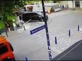 Scootmobiel rijdt door glazen deur banketbakker