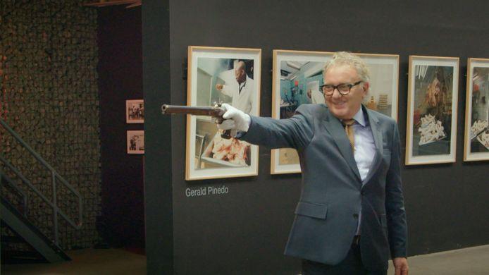 Paul De Grande test z'n duelleerpistolen uit in 'Stukken van Mensen'