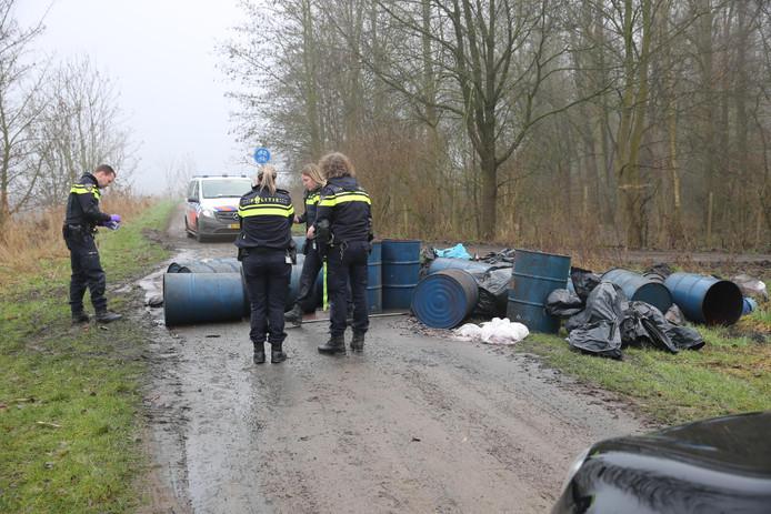 Dinsdag: Dumping op de Markdijk in het buitengebied van Zevenbergen. Die dag zijn ook vaten aangetroffen aan de Dikkendijk in Zevenbergen.
