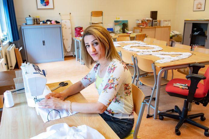 Nora Momika naait niet-medische mondkapjes. Ze wil graag haar zieke moeder naar Nederland halen.