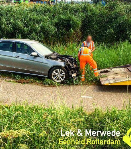 Auto glijdt van talud na botsing op N216