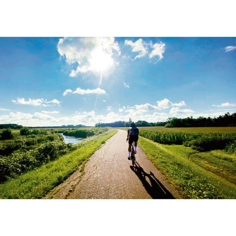 Langs de Kleine Nete is het prachtig om te fietsen. Johannes rijdt op kop.