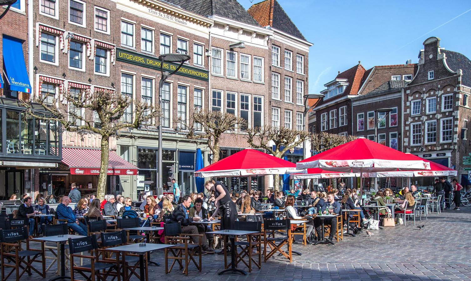 Een zondagmiddag op het terras in Zwolle, in de zon. De Overijsselse stad is de goedkoopste terrasstad van de 21 grootste steden in Nederland.