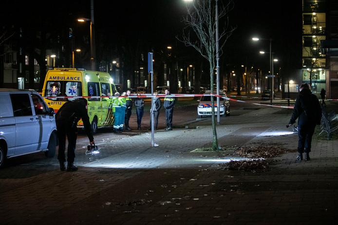 Politie doet onderzoek op de parallelweg van de Huissensestraat in Arnhem-Zuid.