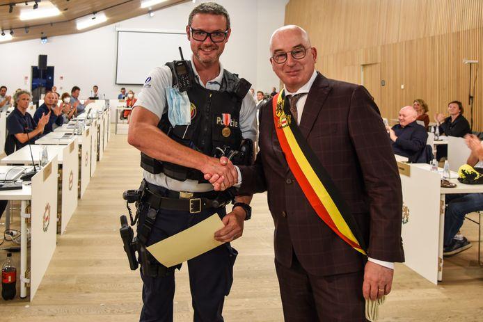 De medaille voor heldenmoed werd door burgemeester Buyse aan Nils De Vos overhandigd bij start van de gemeenteraad