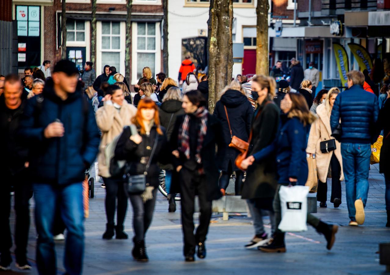 Drukte op het Statenplein in het centrum van Dordrecht, zondagmiddag.