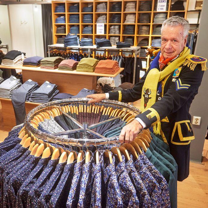 Op de foto Peter van Lieshout in zijn carnavalskledingwinkel te Oss. Dit jaar verkoopt hij alleen gewone kleding. Fotograaf: Van Assendelft/Jeroen Appels