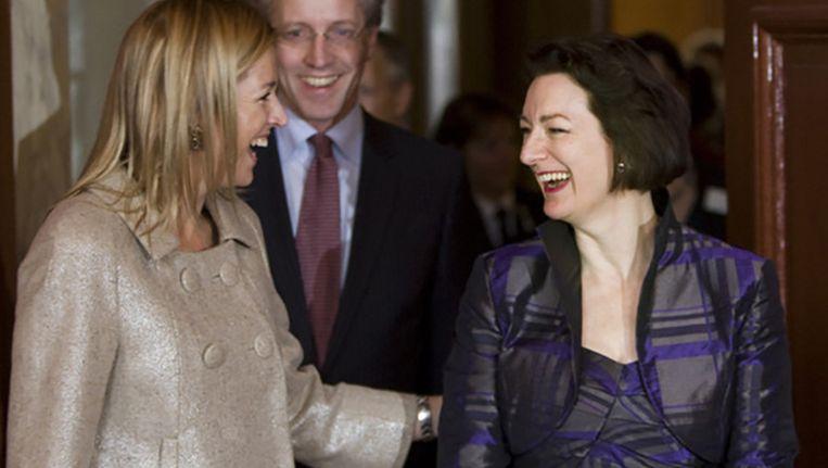 Koningin Máxima en Naomi Ellemers in 2010 toen de hoogleraar sociale psychologie de KNAW Merianprijs in ontvangst nam voor haar inzet voor gelijke kansen voor vrouwen in de wetenschap. Beeld anp