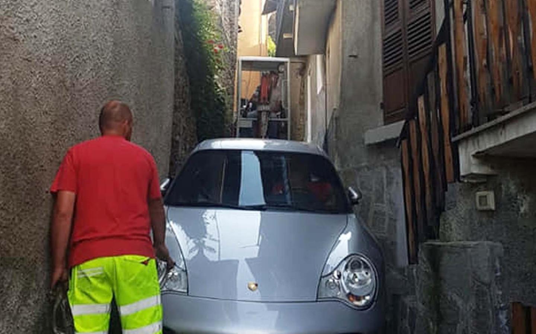 De bestuurder volgde zijn gps, tot hij hopeloos vast kwam te zitten.