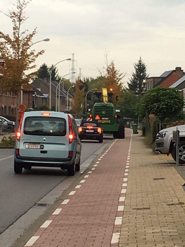Zware landbouwvoertuigen rijden deels over het fietspad omdat ze te breed zijn.