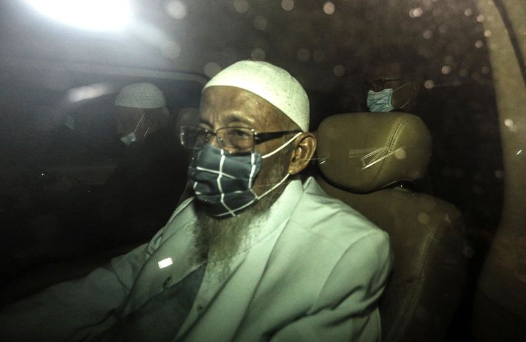 De 82-jarige Abu Bakar Bashir verlaat de gevangenis in Jakarta. Beeld AFP