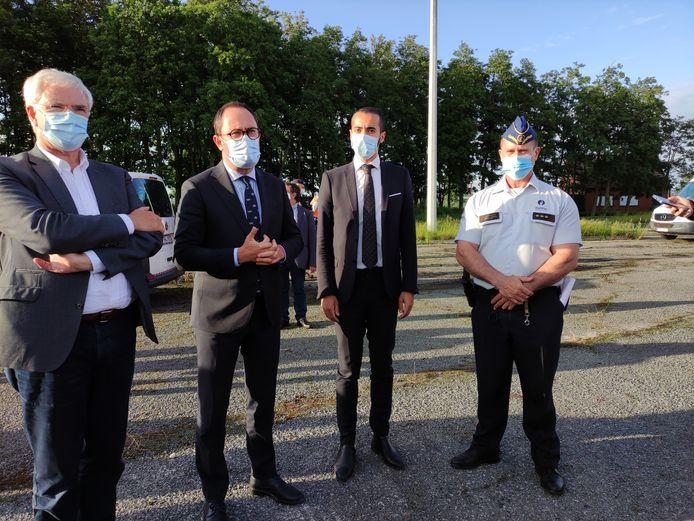 Van links naar rechts: West-Vlaams gouverneur Carl Decaluwé (CD&V), minister van Justitie Vincent Van Quickenborne (Open Vld), staatssecretaris voor Asiel en Migratie Sammy Mahdi (CD&V) en Directeur Operaties West-Vlaanderen bij de Federale Politie Didier Vandecasteele.